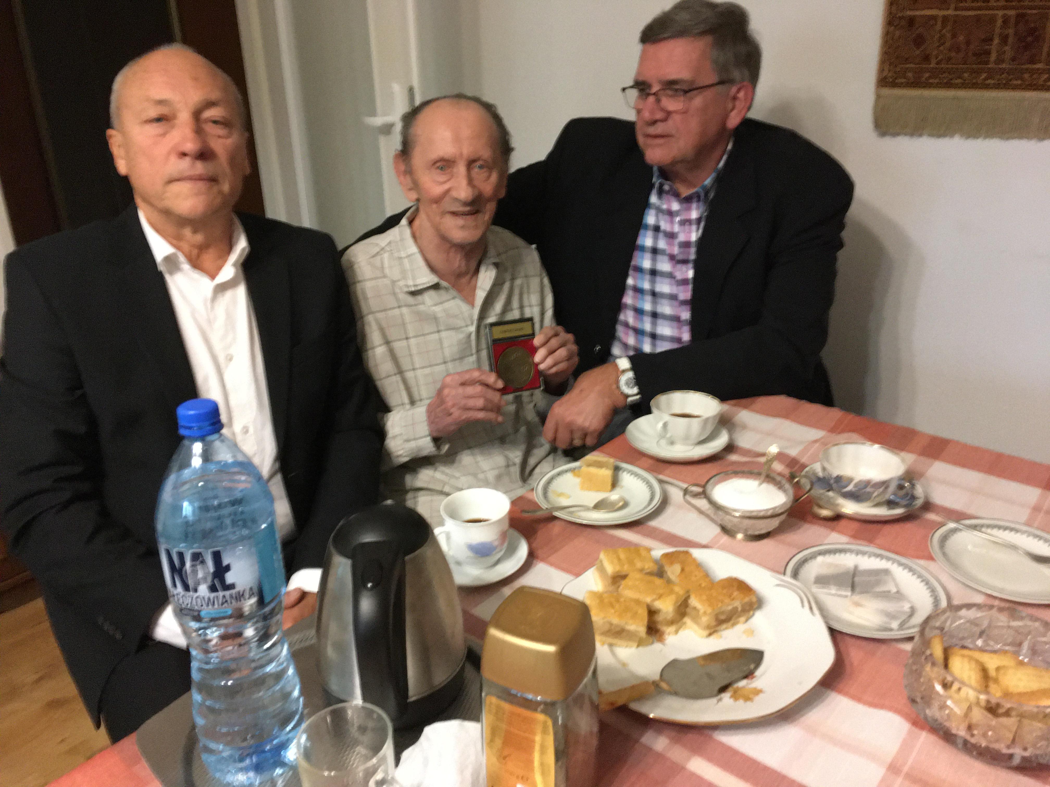 Z-medalem-w-środku-Andrzej-Gmochmatura-1951-po-prawej-Andrzej-22-Billu22-Nowakmatura-1964-po-lewej-Cezary-Grzelak-matura-1972-.