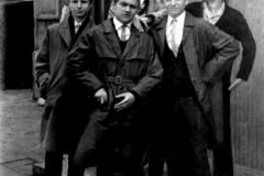 Przed wejściem do szkoły 1 maja 1965
